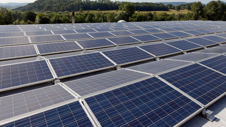 Why are UK businesses turning to rooftop solar generation?